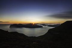 Solnedgång från berget Sornfell, Vagar ö i bakgrund, Faroe Island, Danmark royaltyfri foto