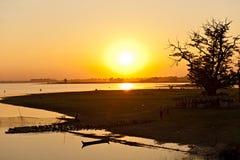 Solnedgång från den Amarapura bron, Myanmar. Royaltyfria Bilder