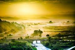 Solnedgång från den Maesuay fördämningen, Chiang Rai, Thailand Royaltyfri Bild