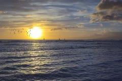 Solnedgång från en tropisk strandö royaltyfria bilder