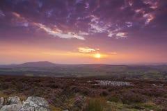 Solnedgång från Stiperstones Ridge till kedjakullen Fotografering för Bildbyråer