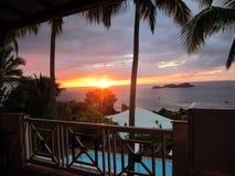 Solnedgång framme av havet Arkivbilder
