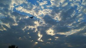 Solnedgång - härliga moln royaltyfria foton