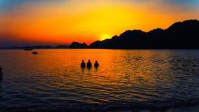 Solnedgång Halong fjärd, Vietnam Arkivbilder