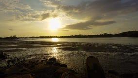 Solnedgång Hyperlapse av den Mekabong floden Sabah stock video