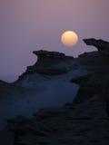 Solnedgång i ökenberglandskap Arkivbild