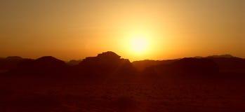 Solnedgång i öknen Arkivbild