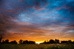 Solnedgång i by Arkivbilder