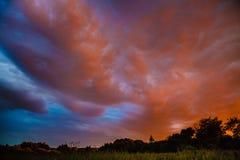 Solnedgång i by Arkivbild