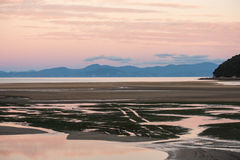 Solnedgång i Abel Tasman National Park Royaltyfri Fotografi