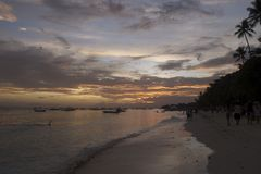 Solnedgång i Alona Beach en härlig vit sandstrand i Bohol Filippinerna Royaltyfri Foto