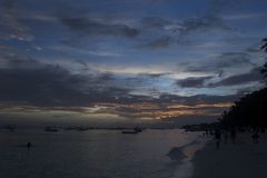 Solnedgång i Alona Beach en härlig vit sandstrand i Bohol Filippinerna Royaltyfria Bilder