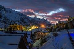 Solnedgång i alpin passerandeby arkivbild