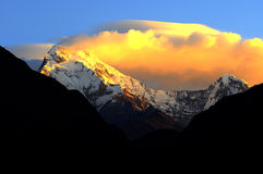 Solnedgång i Annapurna bergområde Arkivbild