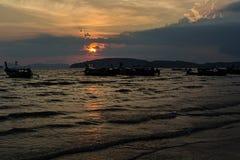 Solnedgång i Ao Nang i Krabi royaltyfri fotografi