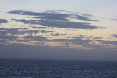 Solnedgång I Atlanticet Ocean Himlar och hav Royaltyfri Bild