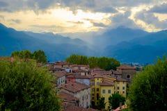 Solnedgång i Barga Italy arkivfoto