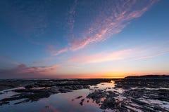 Solnedgång i Barneville-Carteret Normandie Frankrike i sommar Arkivfoto