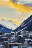 Solnedgång i berg Övervintra aftonen skidar in semesterorten Ischgl i Tyrol fjällängar Royaltyfria Bilder