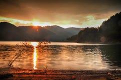 Solnedgång i berg royaltyfria foton