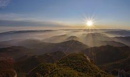 Solnedgång i berg Royaltyfri Foto