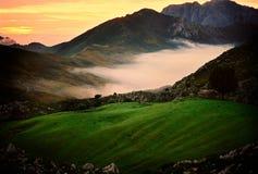 Solnedgång i berg Arkivbilder