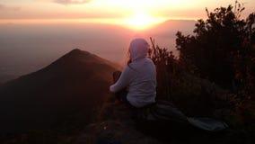 Solnedgång i berg Arkivfoton
