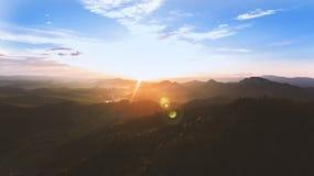 Solnedgång i berg Royaltyfri Bild