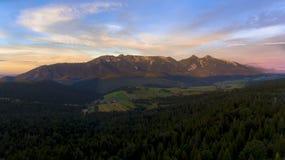 Solnedgång i berg Arkivbild