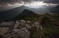 Solnedgång i berg Royaltyfria Bilder