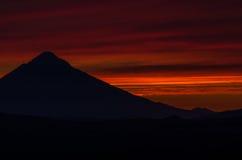 Solnedgång i berg av Kamchatka Royaltyfri Foto