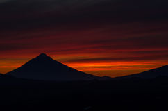 Solnedgång i berg av Kamchatka Royaltyfri Bild