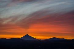 Solnedgång i berg av Kamchatka Royaltyfri Fotografi