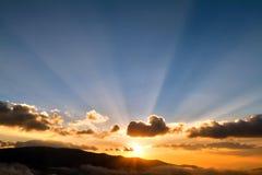 Solnedgång i berg med solstrålar arkivfoto