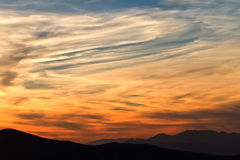 Solnedgång i berg med solstrålar royaltyfri bild