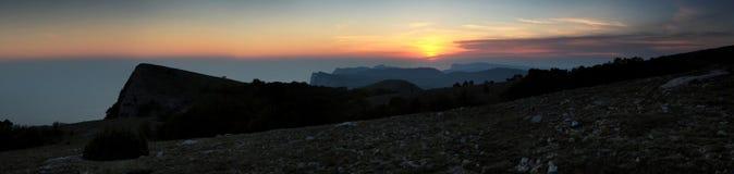 Solnedgång i bergen. arkivfoto
