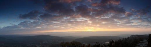 Solnedgång i bergen. royaltyfria bilder