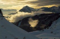Solnedgång i bergen Arkivbild