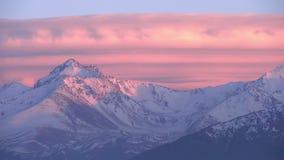 Solnedgång i bergen arkivfilmer