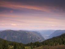 Solnedgång i bergen Arkivfoto