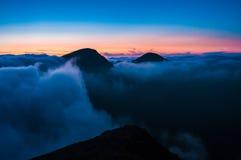 Solnedgång i bergen Arkivbilder