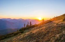 Solnedgång i bergen Royaltyfria Bilder