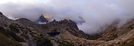Solnedgång i bergen av ön av Korsika, panorama, trekking rutt GR-20 Arkivfoto
