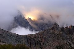 Solnedgång i bergen av ön av Korsika, trekking rutt GR-20 Royaltyfria Bilder