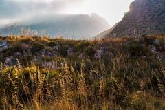 Solnedgång i bergen av den Riserva Naturale dellozingaroen Royaltyfri Bild