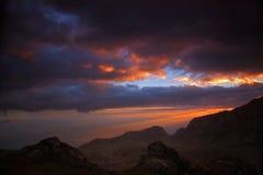 Solnedgång i bergen av Mulanje Arkivbild