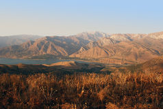 Solnedgång i bergen av Tien Shan i Augusti Arkivbild