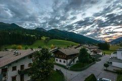 Solnedgång i bergen av Tyrol arkivfoton