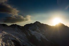 Solnedgång i bergen clouds skyen Arkivfoton