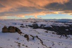 Solnedgång i bergen Elbrus, nordliga Kaukasus, Ryssland arkivbilder